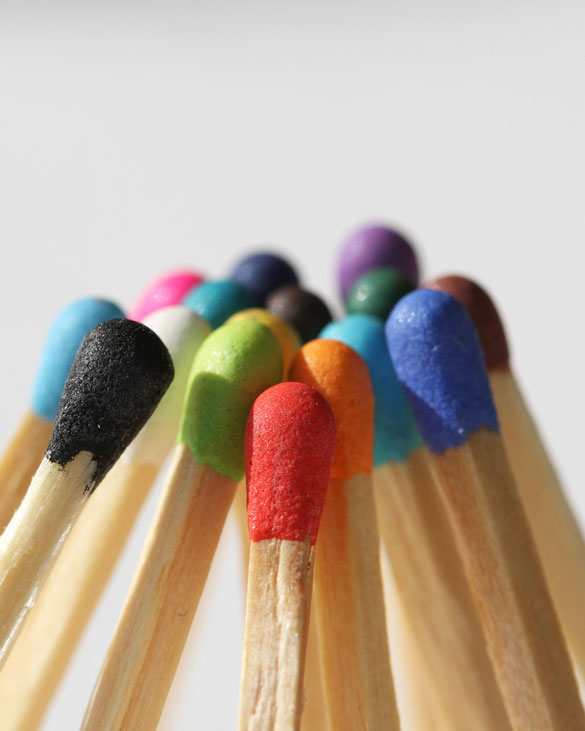 Streichhölzer mit verschiedenfarbigen Köpfen lehnen aneinander und stützen sich gegenseitig